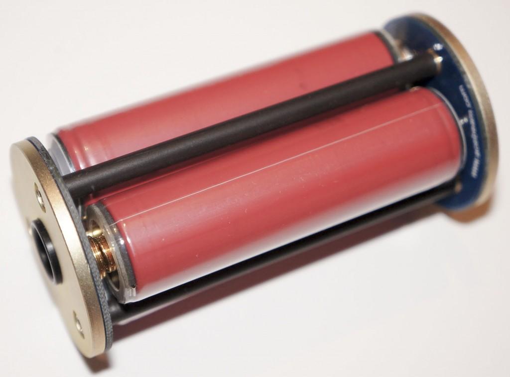 Отлично изготовленный аккумуляторный блок для питания подводного мощного фонаря Acebeam D400