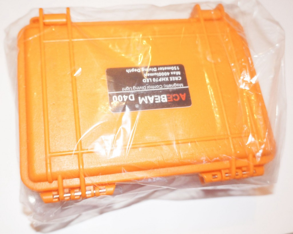 Чемодан из пластика с пакете для фонаря дайвера Acebeam D400