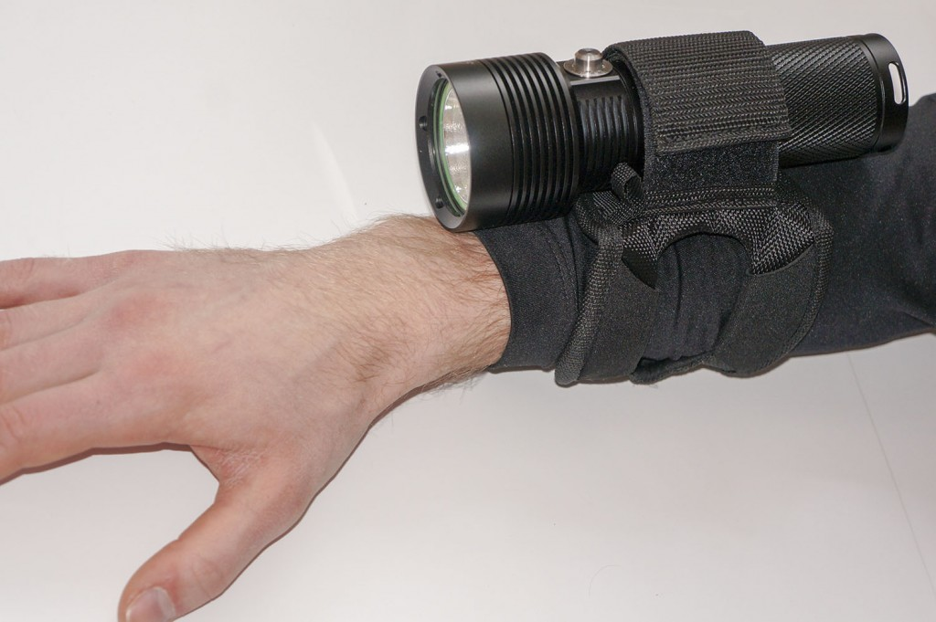Размещение фонаря для подводного плавания Acebeam D400 на руке пловца