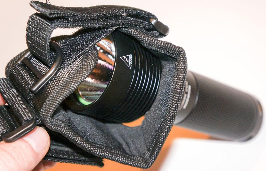 Вариант размещения в чехле фонаря для дайвинга Acebeam D400