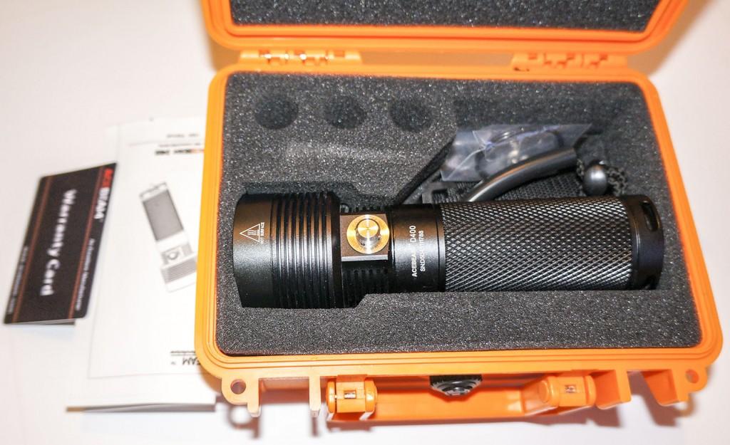 Подводный фонарь Acebeam D400 упакован в чемодан с поролоновыми вставками