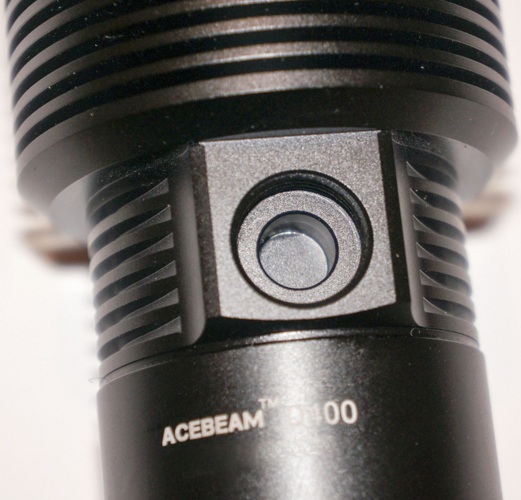 Место размещения кнопки управления подводным фонарем Acebeam D400