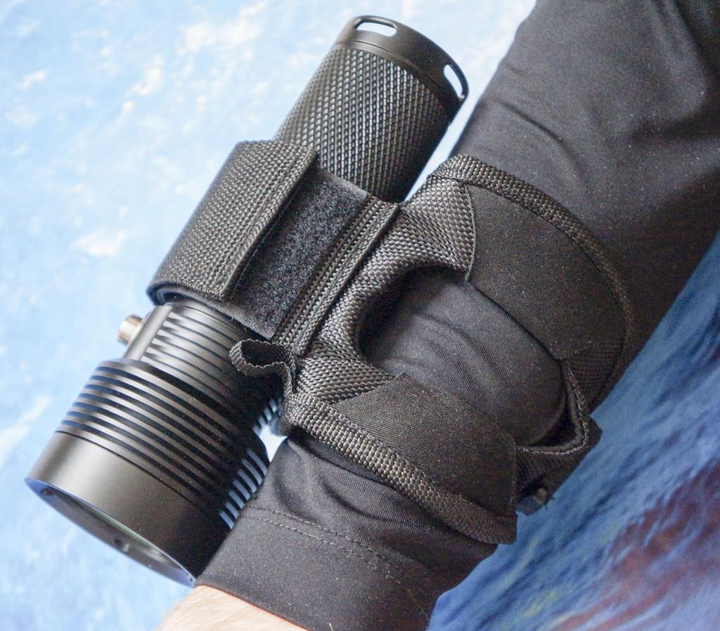Отверстие в чехле фонаря для погружений Acebeam D400 для глубиномера или часов