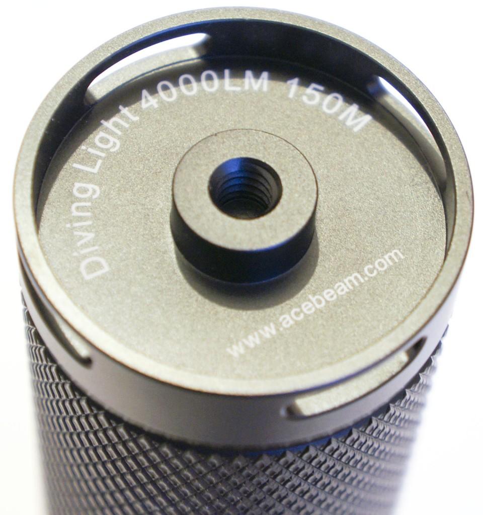 Отверстие в торце корпуса подводного фонаря Acebeam D400
