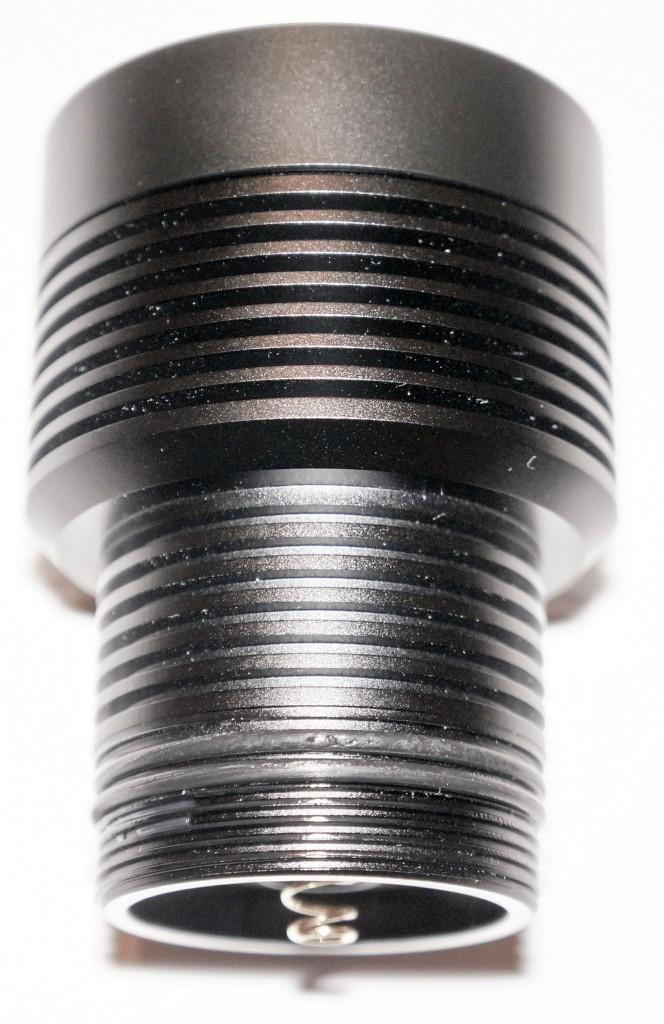 Качественно изготовленная резьба в головной части и пружинный контакт подводного фонаря Acebeam D400