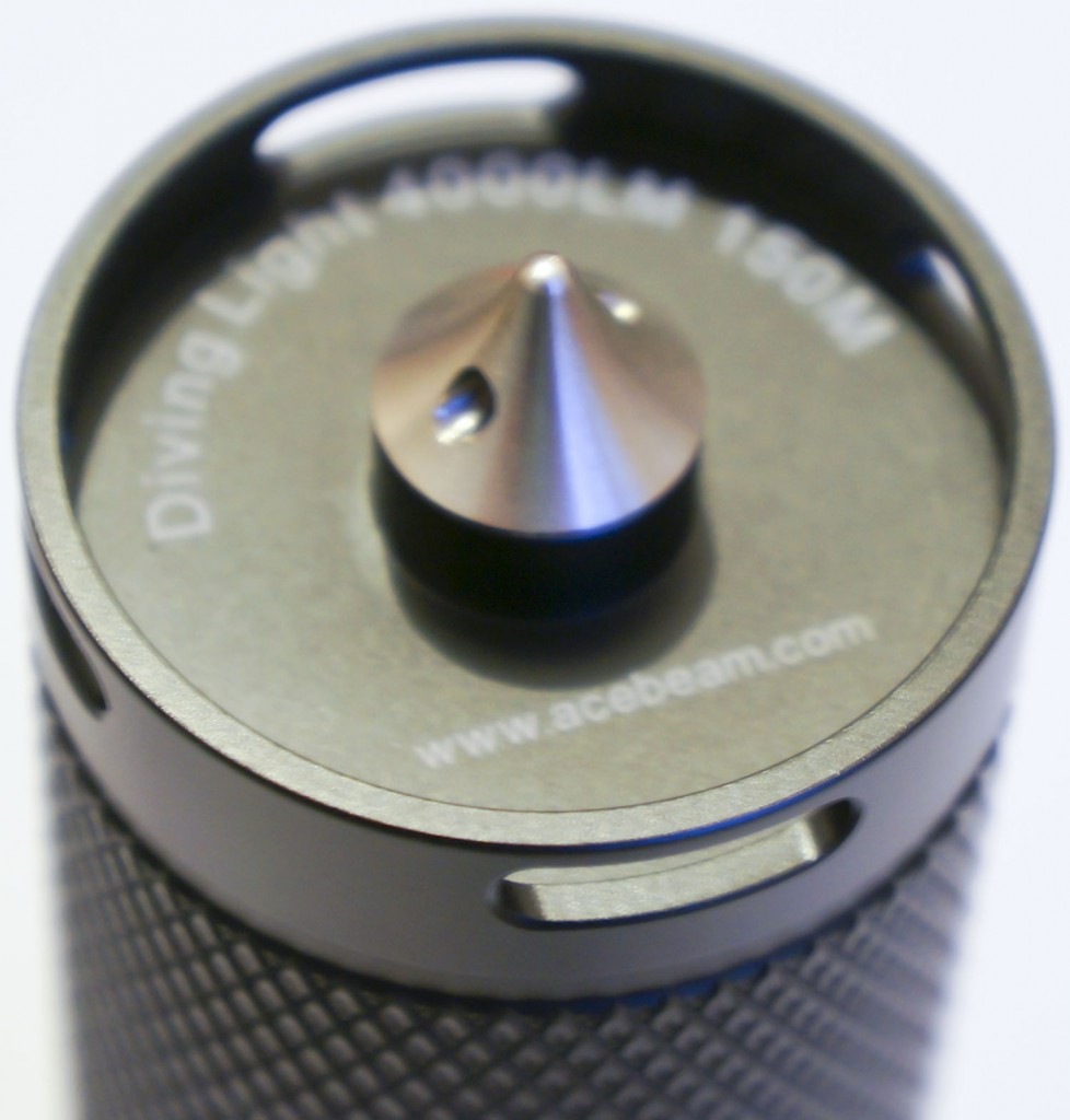 Ввернутый шип в торцевой части корпуса подводного фонаря Acebeam D400