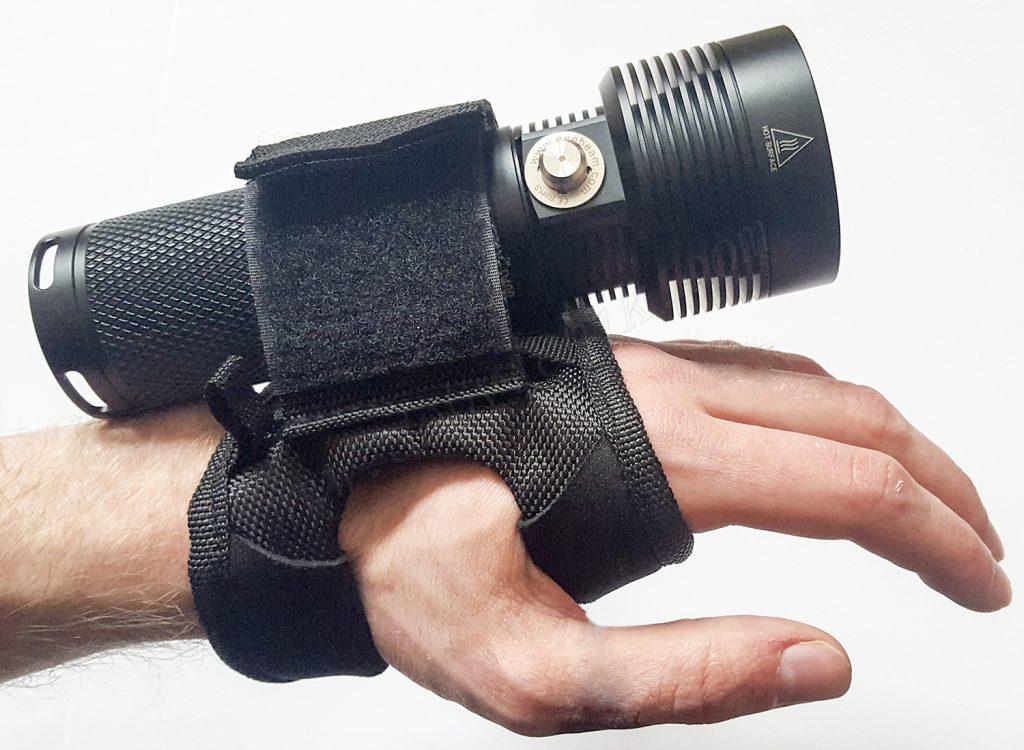 Расположение фонаря для дайвинга Acebeam D45 на руке ныряльщика