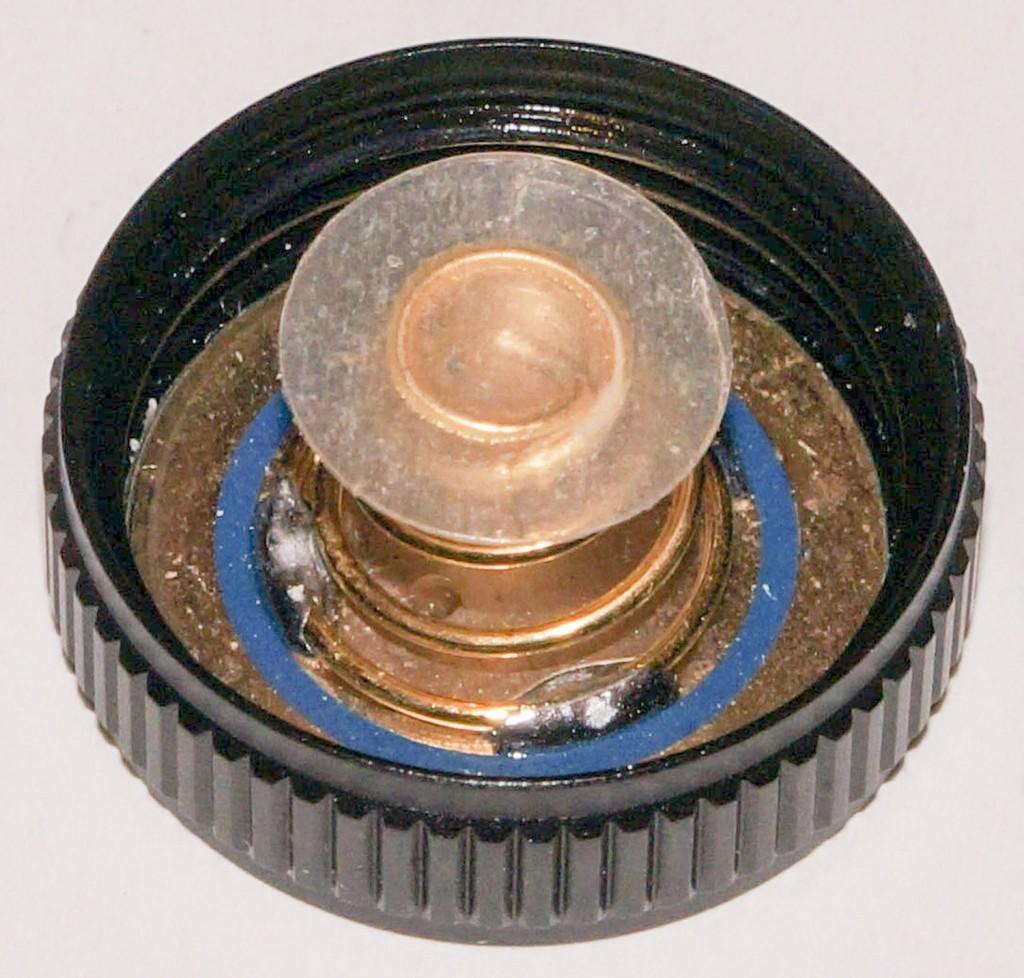 Контакт фонаря Acebeam H10 закрыт пластиковой шайбой для предотвращения включения при транспортировке