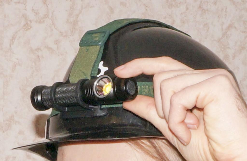 Управление налобным фонарем Acebeam H10 осуществляется магнитным кольцом