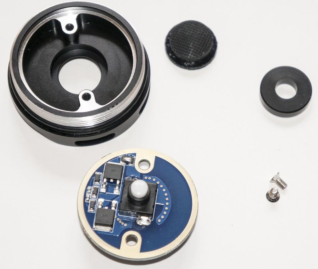 Торцевая крышка и разобранная кнопка включения фонаря Acebeam K60