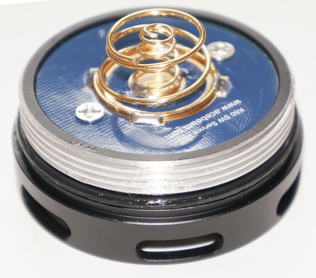 Пружины на контактах в торцевой и головной части поисковика Acebeam K60