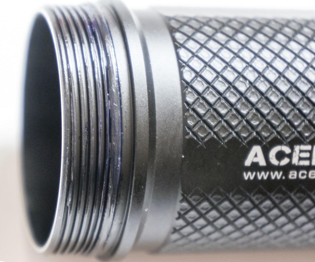 Качественная резьба фонаря Acebeam K60 обработана силиконовой смазкой