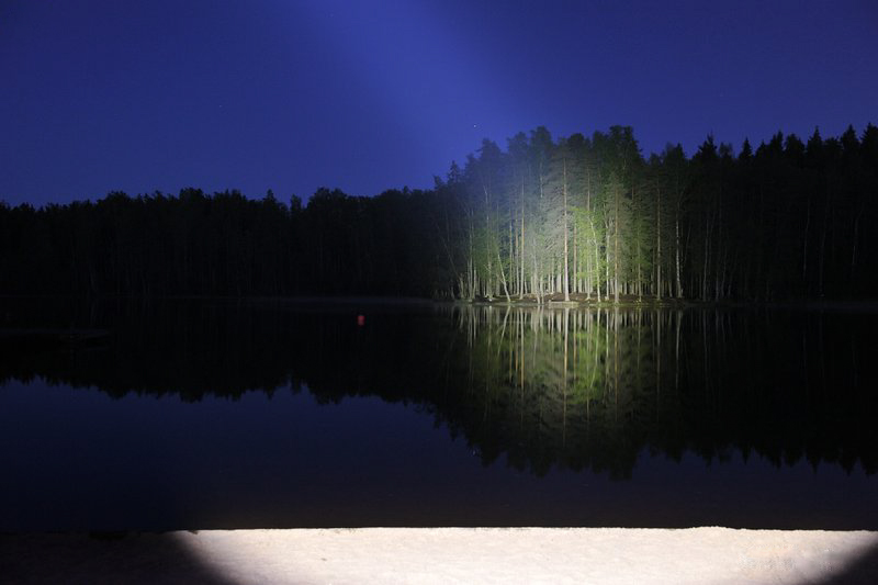 Свет фонаря Acebeam K60 на дистанции 100 метров