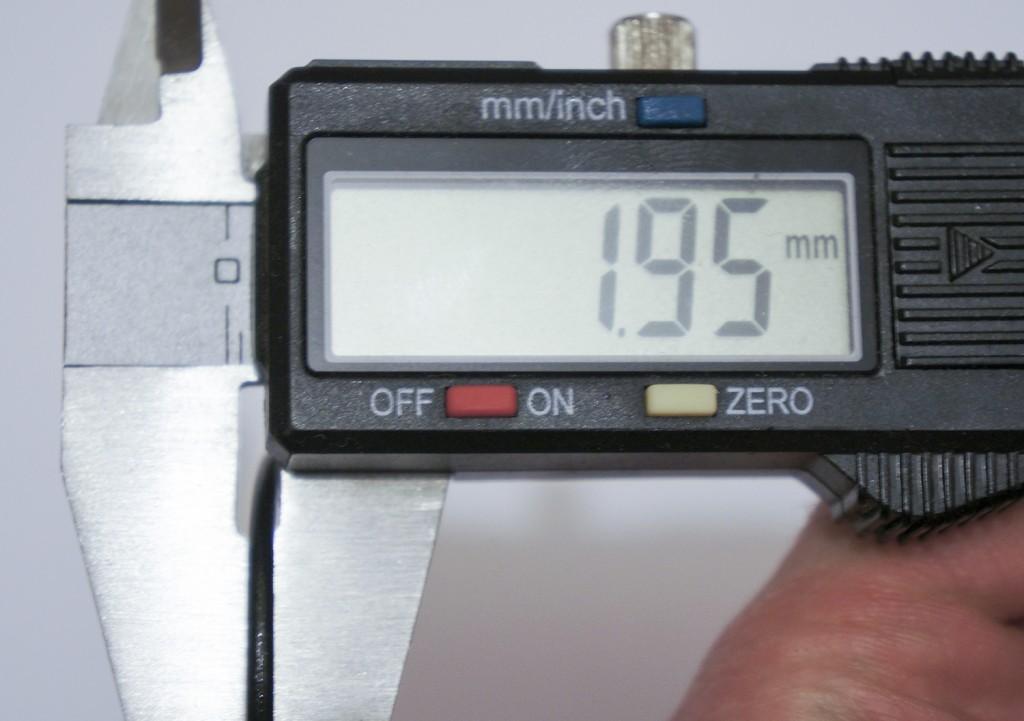 Измерение толщины уплотнительного кольца на подводной версии фонаря Acebeam K60