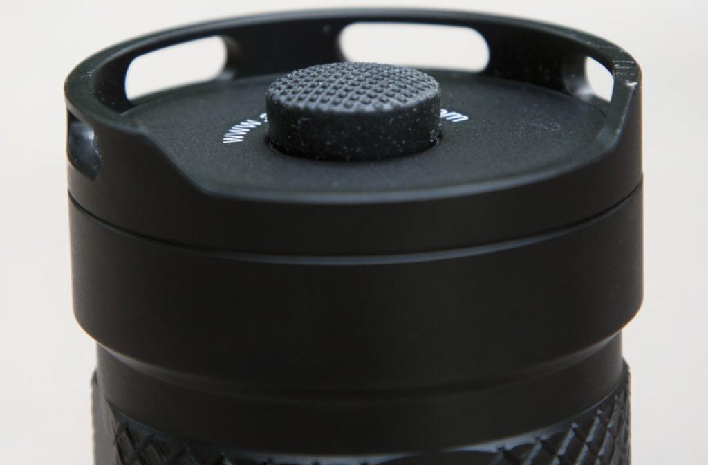 Защитный бортик на торцевой крышке фонаря Acebeam K60