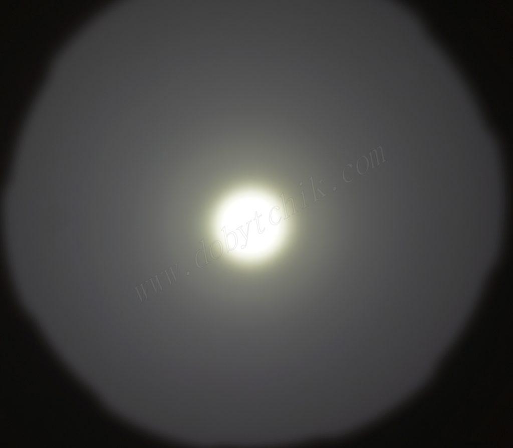 Пятно света дальнобойного фонаря Acebeam K70 на стене