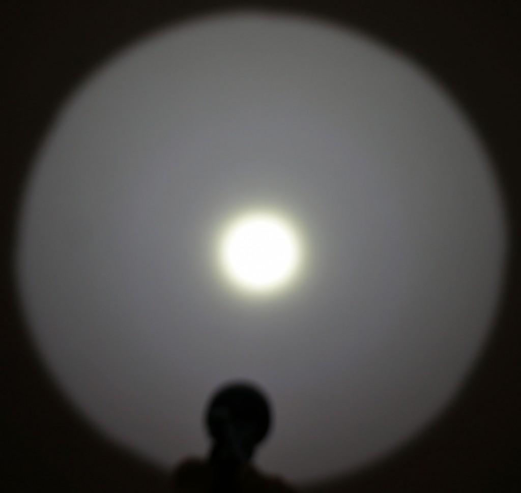 Дальнобойный фонарь Acebeam T20 имеет четкий сфокусированный луч света