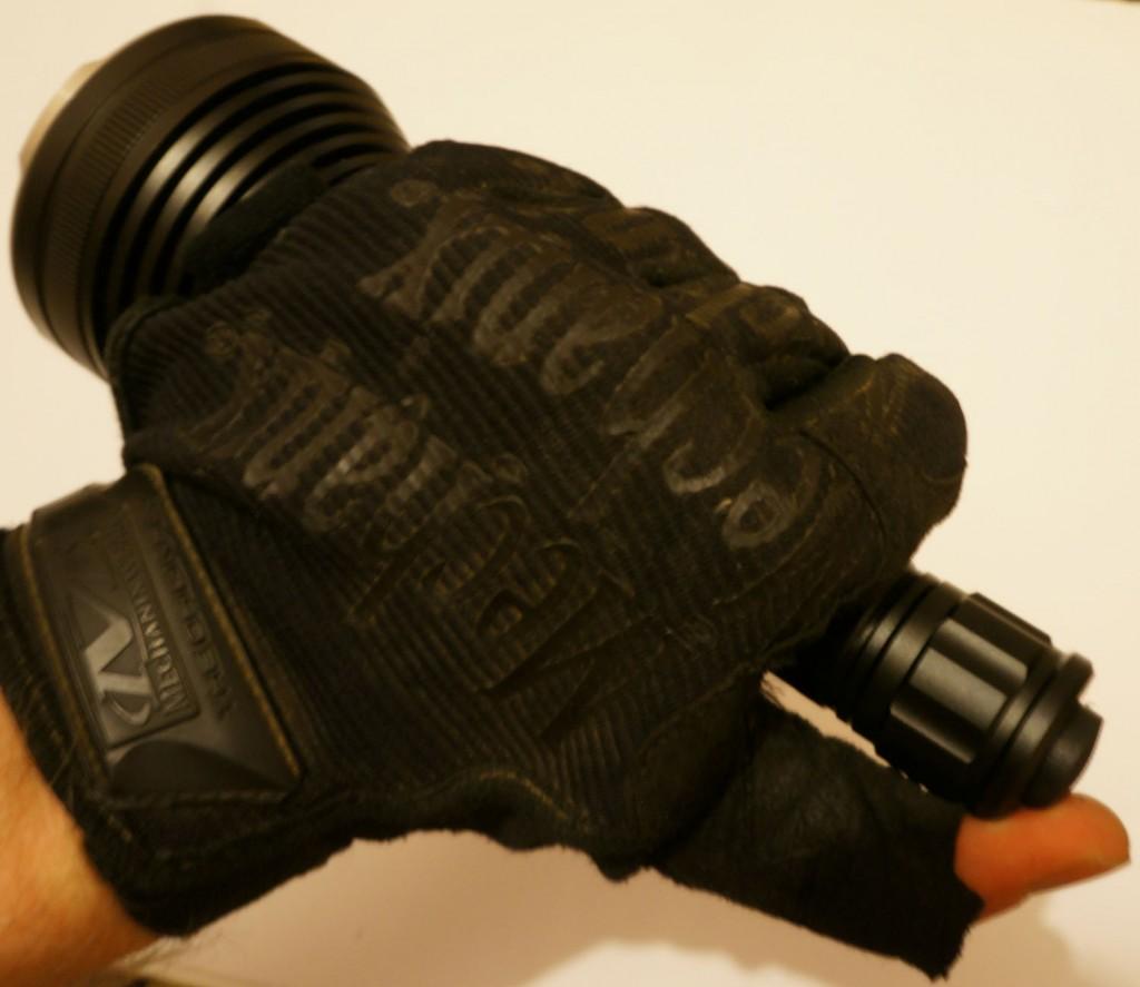 Тактический фонарь Acebeam T20 управляется одной рукой