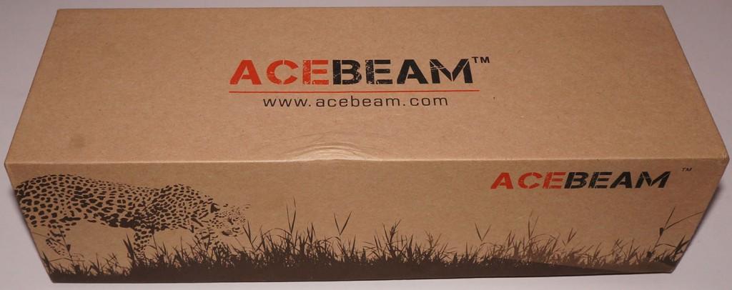 Заводская упаковка светодиодного фонаря Acebeam T20 с яркими надписями изготовлена из картона