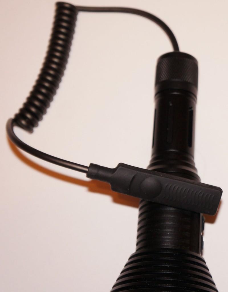 Тактический дальнобойный фонарь Acebeam T20 используется с выносной кнопкой