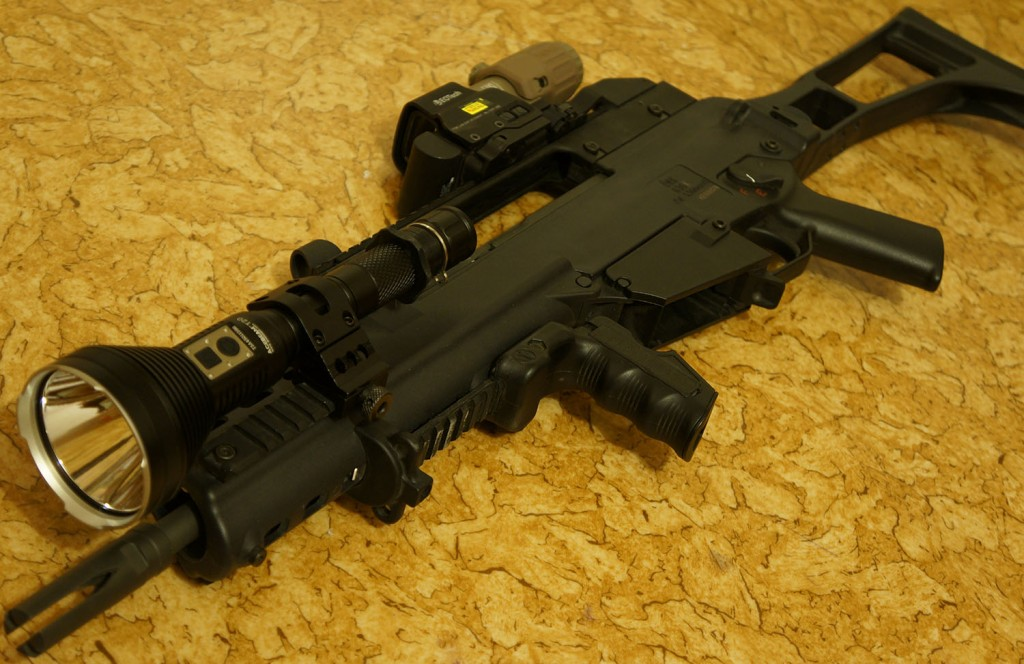 Дальнобойный тактический фонарь Acebeam T20 устанавливается на оружие в качестве подствольника