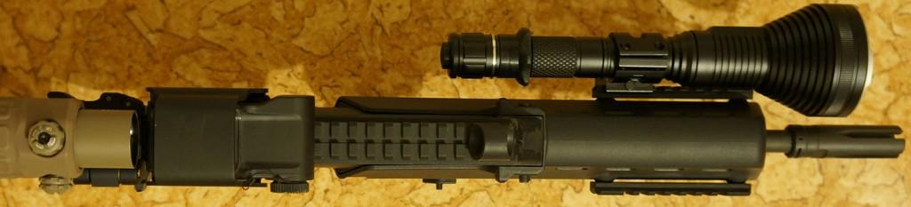 Подствольник Acebeam T20 установленный на оружие при помощи бокового крепления