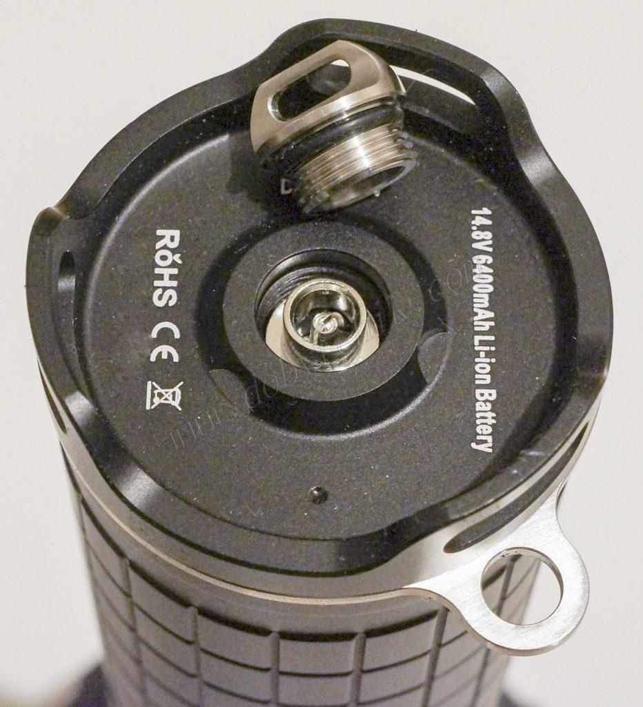Открытое гнездо зарядки мощного светодиодного поисковика Acebeam X65