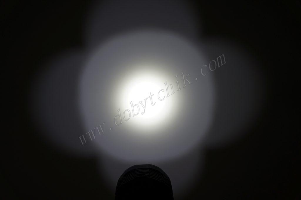 Пятно света поискового фонаря Acebeam X65 на стене