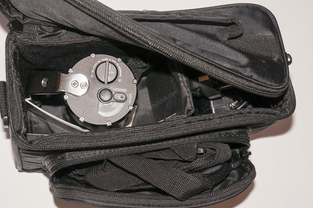 Внутреннее содержимое сумки для хранения и переноски подводного фонаря Ferei W163B