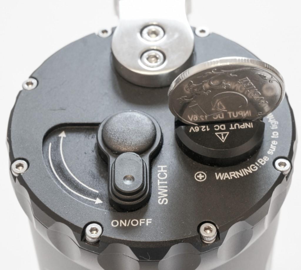 Заглушка разъема зарядного устройства фонаря для подводной охоты Ferei W163B открывается монетой