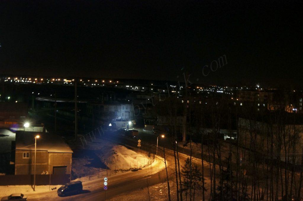 Свет фонаря Acebeam K70 на средней дистанции освещения