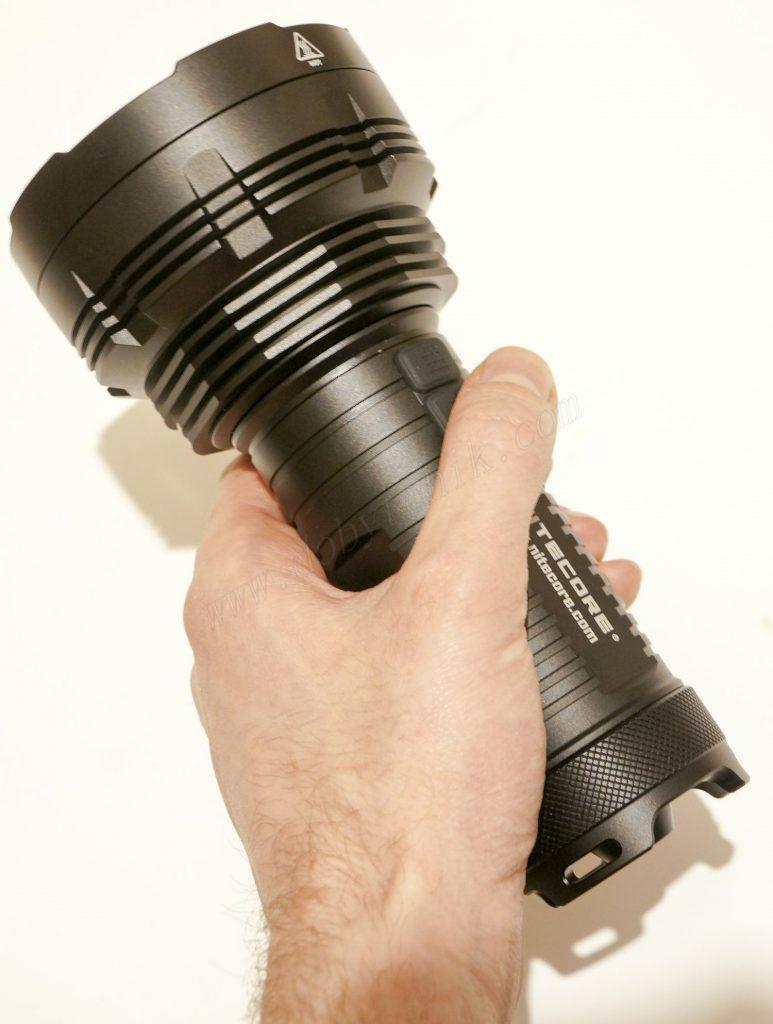 Удобная рукоять поискового фонаря Nitecore TM16GT