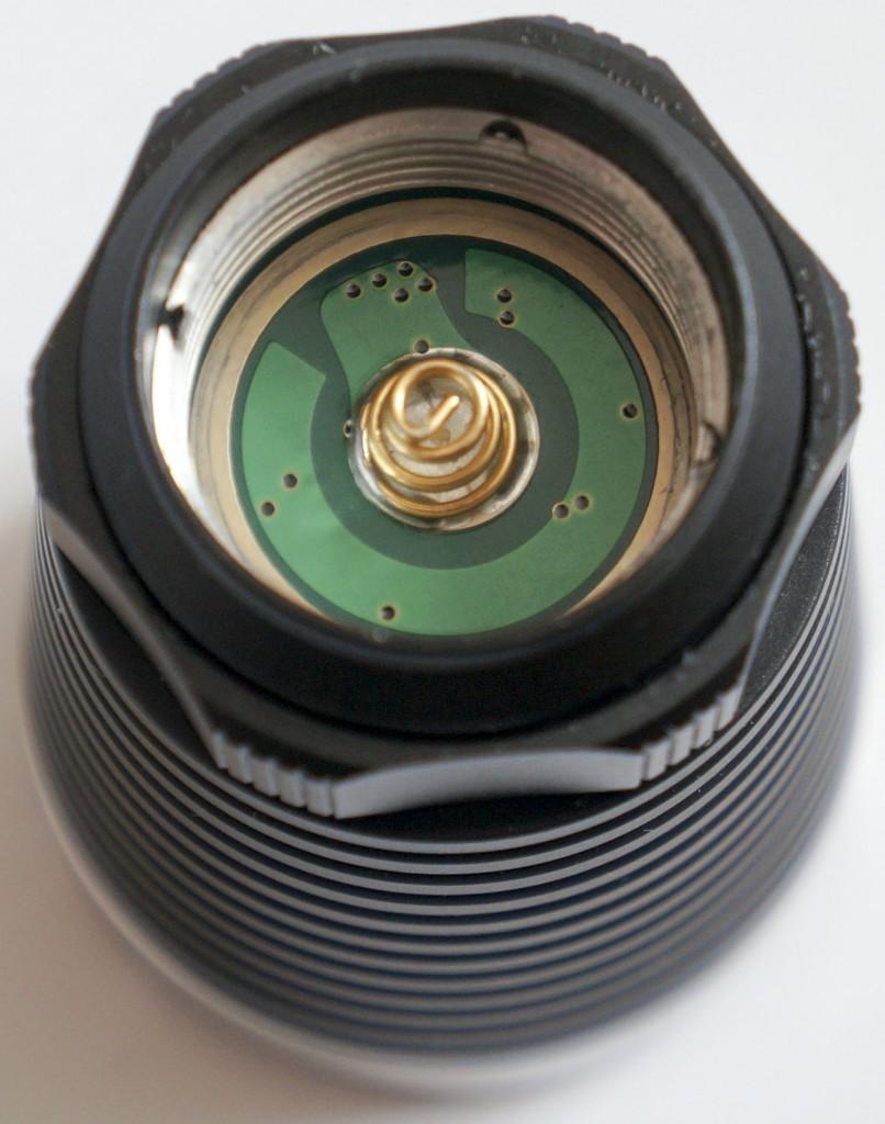 Пружинные контакты фонаря Olight M23 Javelot уберегут аккумулятор от повреждений