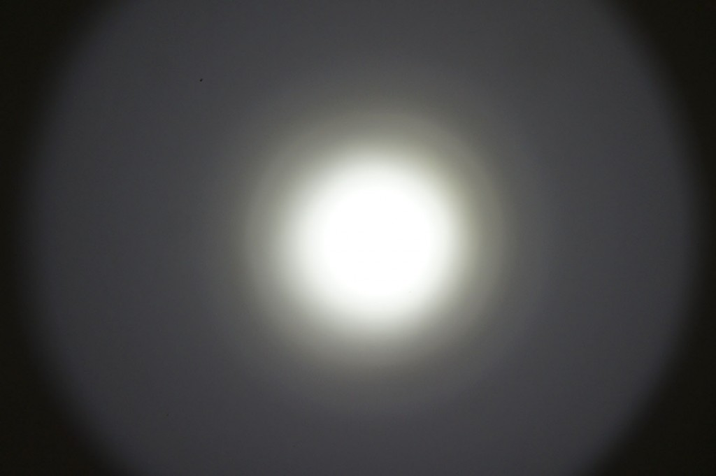 Тест света фонаря Olight M23 Javelot яркое пятно с боковой засветкой