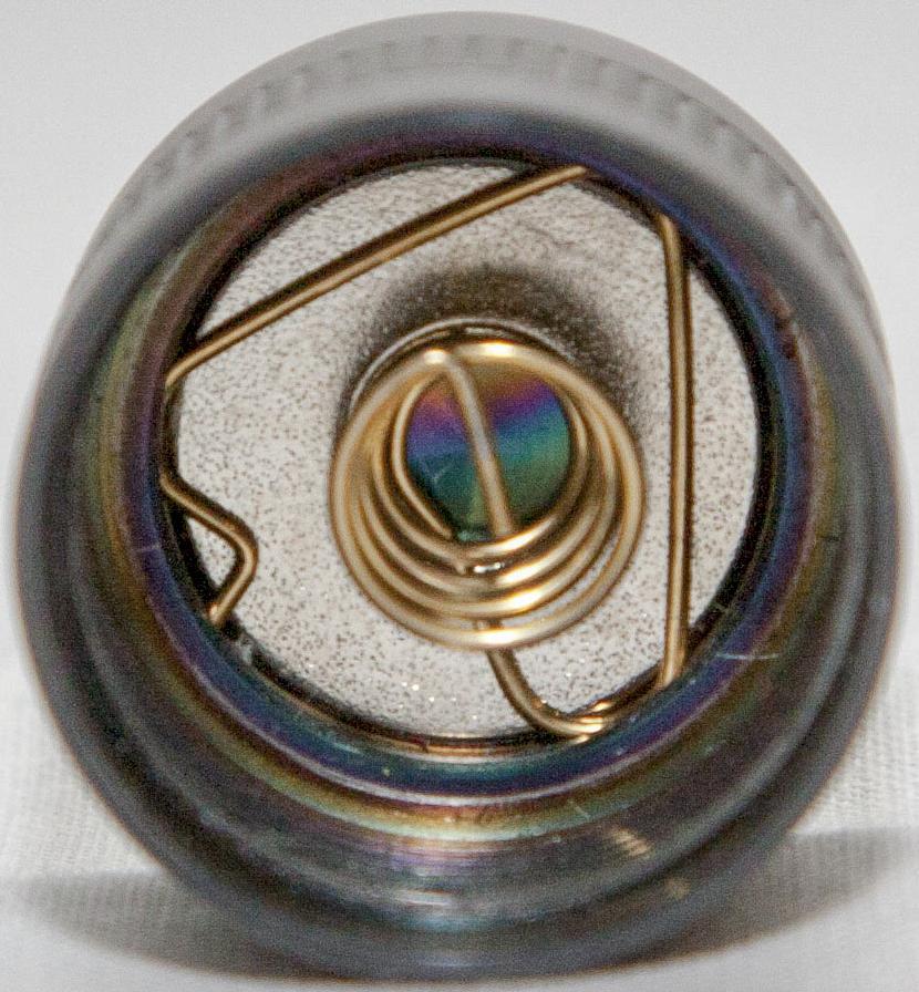 Тугая пружина в торцевой крышке фонаря Olight S30Ti Baton