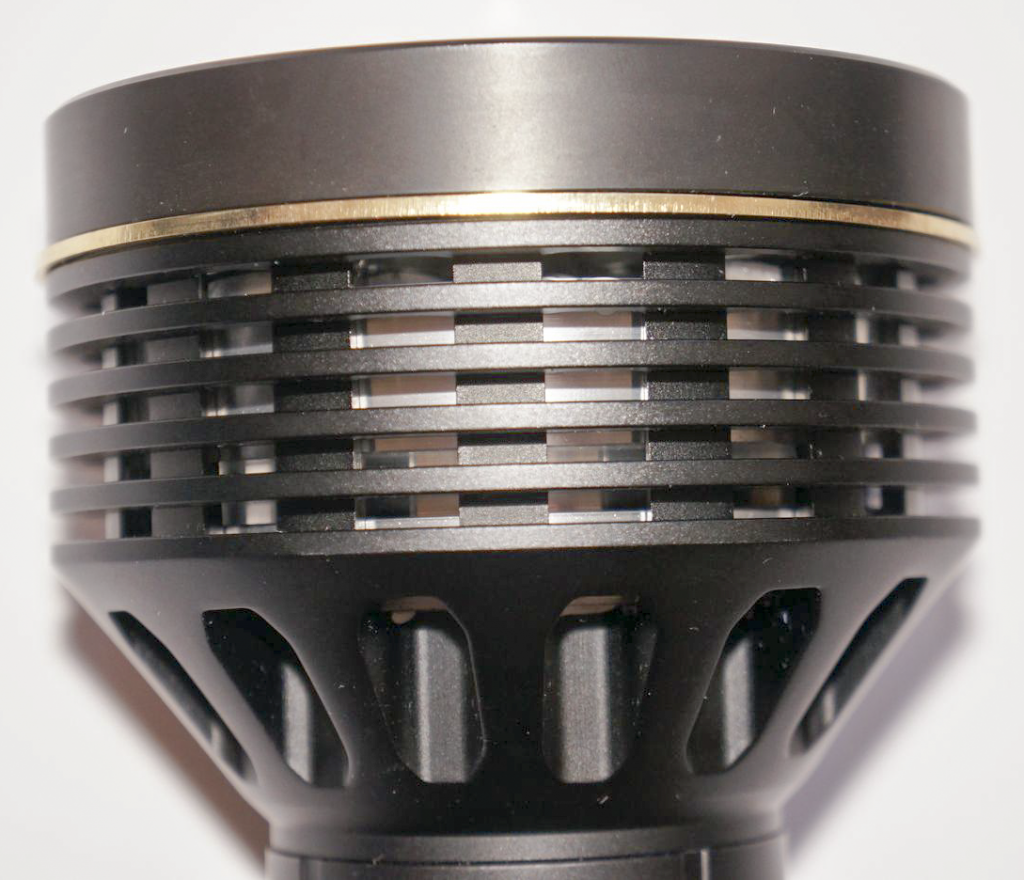 Головная часть фонаря Olight SR96 с крупными ребрами радиатора