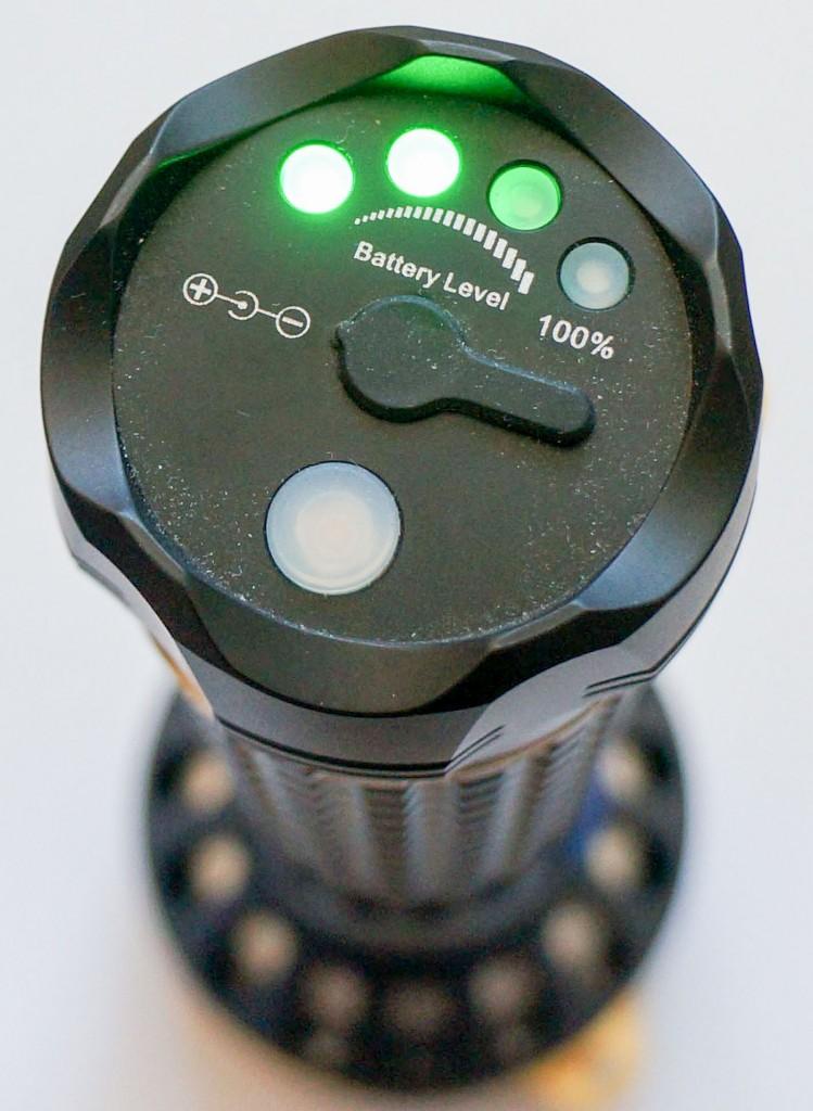 Торцевая часть фонаря Olight SR96 с индикатором состояния аккумулятора