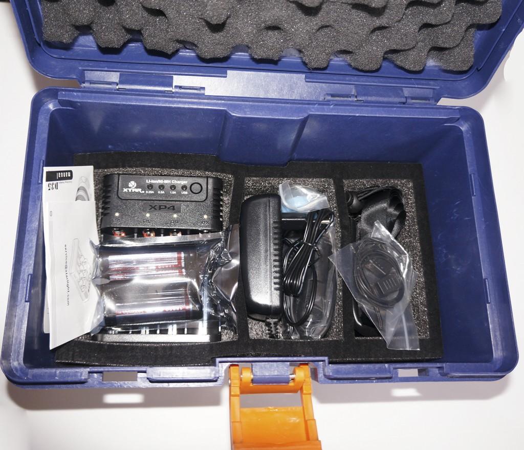 Комплект для фонаря Xtar D35 находятся на дне чемодана на поролоновой подложке