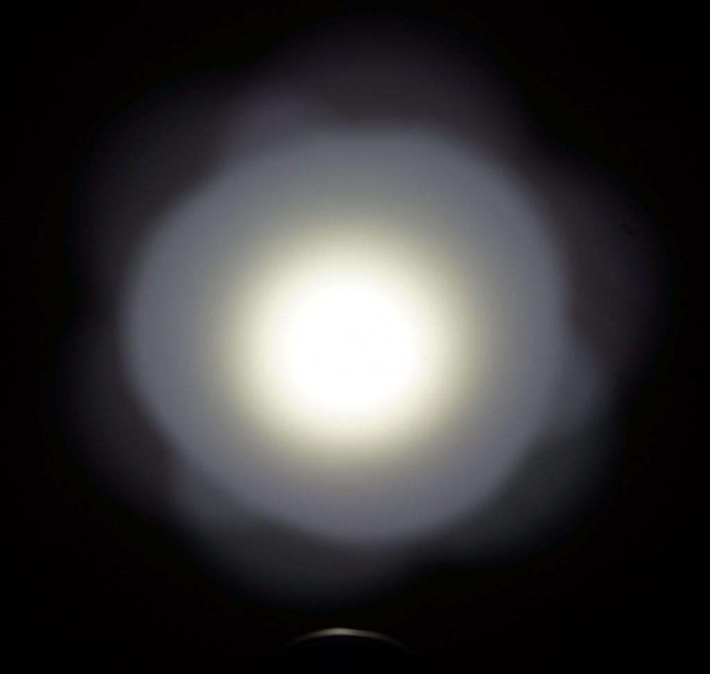 Центральное пятно и боковая засветка луча фонаря Xtar D35
