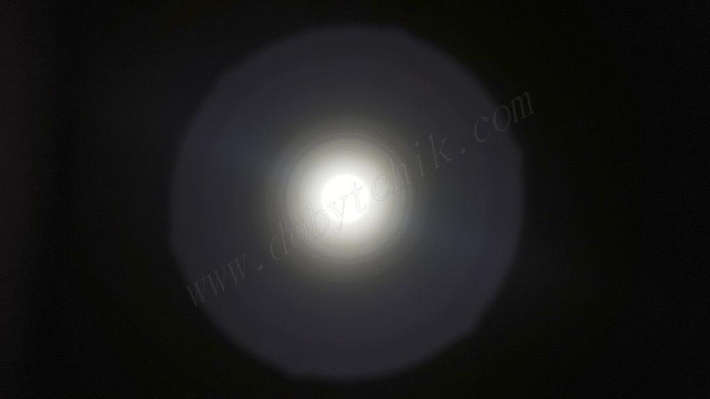 Тест света дальнобойного фонаря Armytek Barrakuda на стене