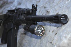 Подствольный фонарь установленный на оружии