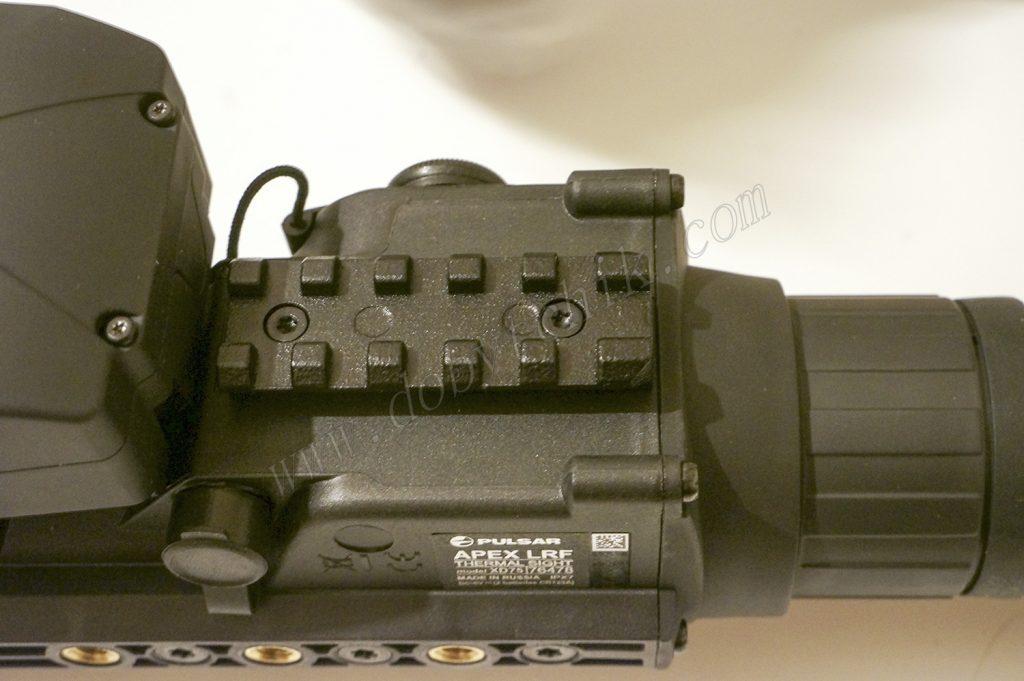 Встроенная планка Wiever на корпусе тепловизионного прицела с лазерным дальномером Pulsar Apex LRF XD75