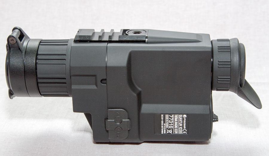Корпус тепловизора Пульса Квантум ХД 38 изготовлен из черного нескользящего пластика
